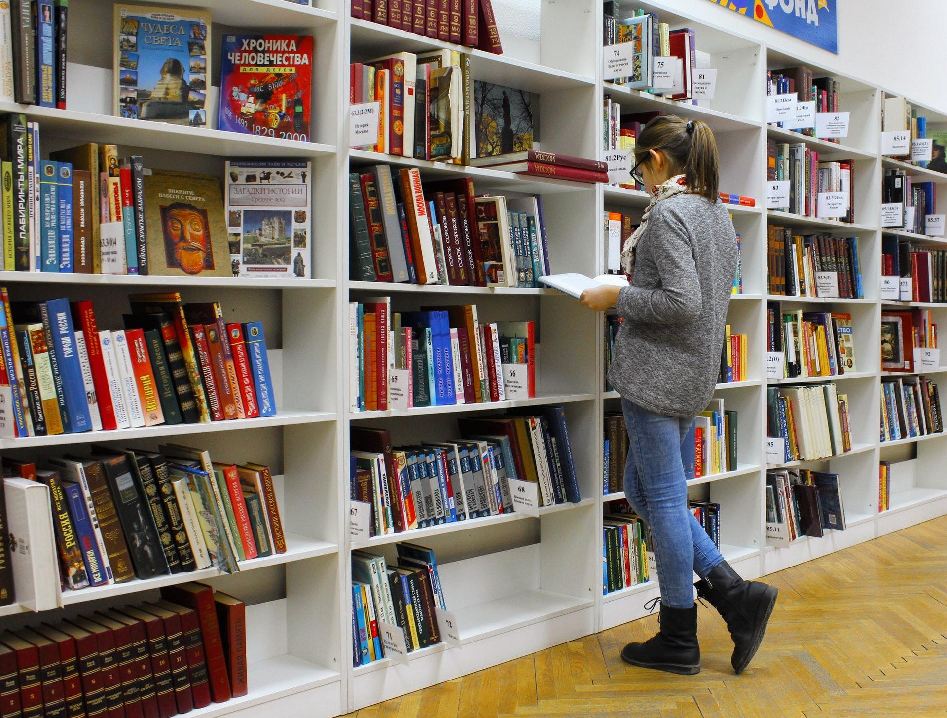 õpilased raamatukogus
